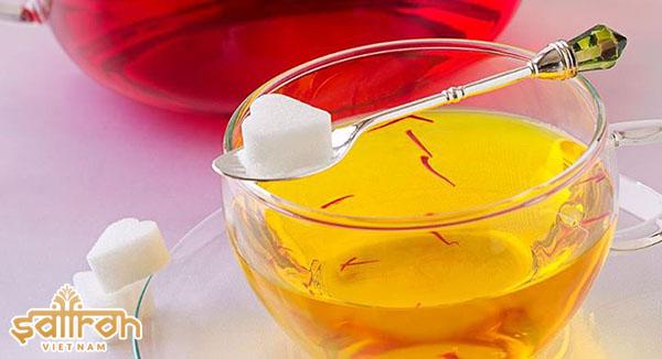 Uống trà Saffron Bahraman với nước ấm