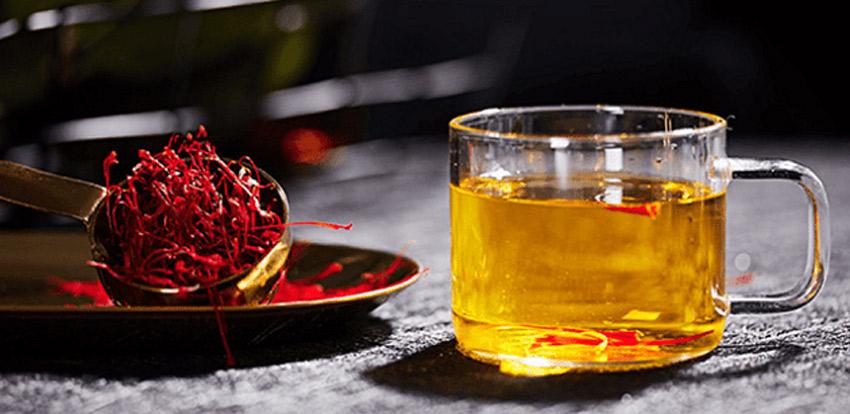 Pha saffron với nước ấm